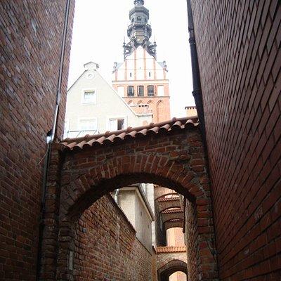 wyłania się wieża katedry