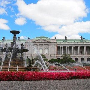 迎賓館の主庭には国宝に指定された噴水があります。5月には、この噴水を取り囲んでサツキツツジが満開となります。迎賓館の人気の写真スポットです。