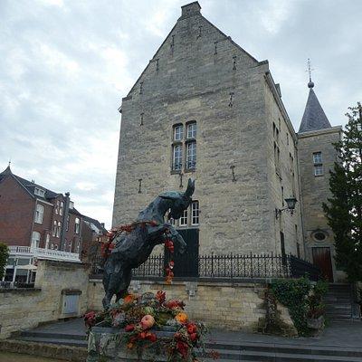 Statyn ''De Bok'' utanför Kasteel Den Halder i Valkenburg