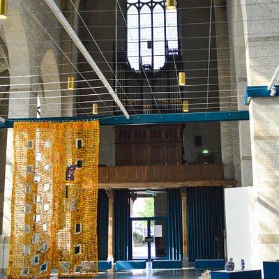 """Арнем. Внутри церкви """"St. Walburgiskerk"""". Вид на главный вход и орган"""