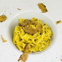ConviTARTUFO: tagliolini di pasta fresca saltati al burro e tartufo con scaglie di tartufo fresco.
