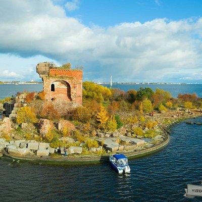 """Форт """"Павел I""""  Когда-то самый большой каменный форт в мире был построен в 1854 г.г. В результате пожара на минном складе в 1921 году, форт был практически полностью разрушен."""