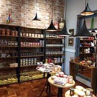 Um ambiente agradável, para tomar um café e comer bolos caseiros, pão de queijo e um delicioso pão na chapa