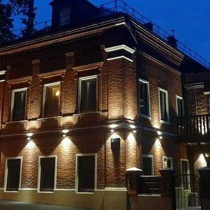 Дом ART после реконструкции 1850 года постройки. Фото в ночное время.