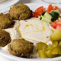 humus con falafel, il nostro piatto più richiesto adatto a vegani e celiaci