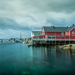 Galleri Lofotens is located in beautiful surroundings in Henningsvær.
