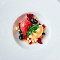 Frisches Sorbet auf Obstsalat als Dessert