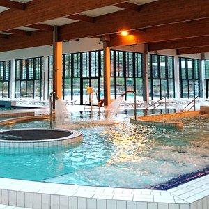 Un bassin détente avec sièges et matelas à bulles, jets massants, cols de cygne, rivière contre courant!
