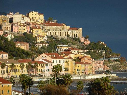 Der Lungomare - Häuserflur von Porto Maurizio am Meer entlang (2)