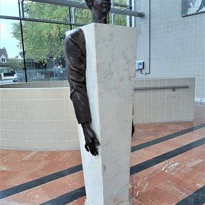 Sculpture Michel Simon dans le hall d'entrée