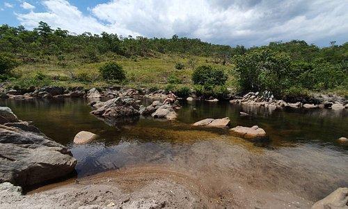 Lugar com céu aberto para tomar banho de rio