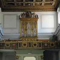 l'organo cinquecentesco nella cantoria posta in controfacciata