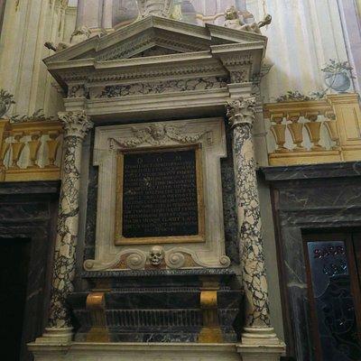 il monumento della principessa di Avellino Roberta Carafa nel lato dx della cappella Ducale