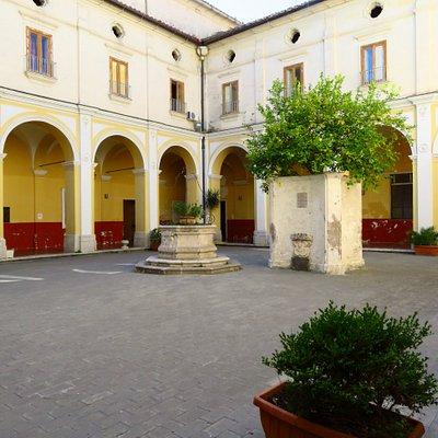 il chiostro del convitto adiacente la chiesa e che una volta ne era il convento (vicino al pozzo l'albero di limoni in ricordo di quello piantato da San Francesco)