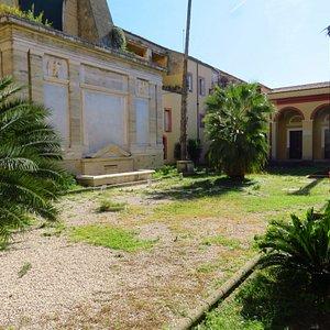 il chiostro dell'edificio che ospita la biblioteca (anch'esso parte dell'antico convento)