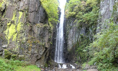 Een waterval van circa 32 meter hoog waarvan het geluid ver te horen is.