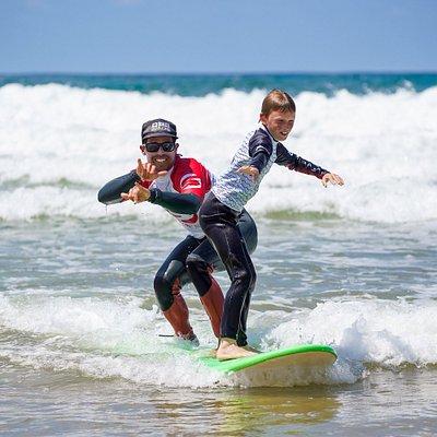 """Soonline est une école de surf dynamique et conviviale, labellisée « Qualité Tourisme » et 'Fédération Française de Surf"""" à côté la plage de Moliets. Grâce à notre expérience, on vous propose des cours et stages de surf flexible, sur mesure, avec une charte de prestation de qualité en toute sécurité entourée par une équipé passionné et unique. Des formules pour tous avec des cours et stages, encadrés par des moniteurs diplômés d'Etat professionnelle dans une ambiance familiale et ludique."""
