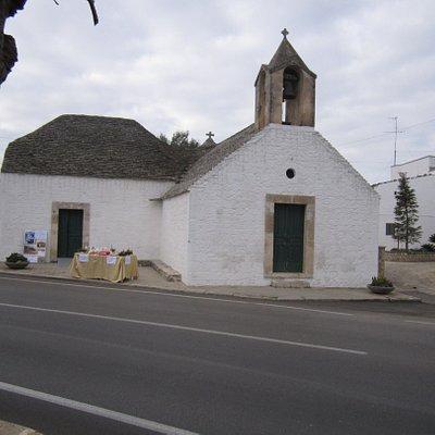 Chiesetta della Madonna del Rosario nel territorio di Alberobello presso la frazione Coreggia. Costruita con la tecnica degli edifici a  trullo nel 1748. La chiesetta tuttora celebra la messa nel giorno di Sabato ed è visitabile nelle ore diurne.