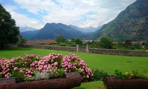 Il panorama che si vede dal giardino - molto ben curato - del Castello di Issogne