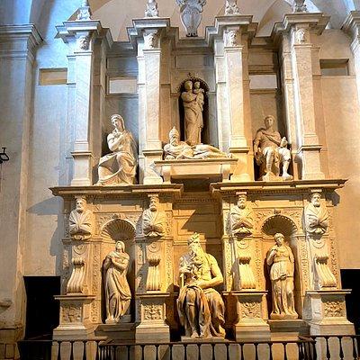 Antica Basilica dove sono tenute,sotto l'altare, le catene che tennero imprigionato l'apostolo Pietro a Roma e racchiuse diverse opere compreso il famosissimo Mosee di Michelangelo