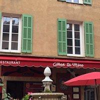 Sur la place du village, le nom du restaurant nous a fait sourire, puis la patronne et le patron nous a régalé avec sa cuisine goûteuse et généreuse.