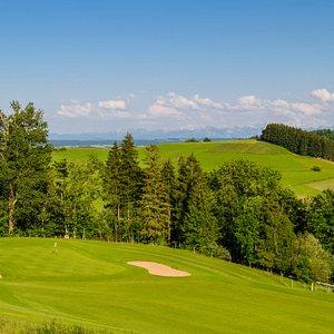 Genießen Sie neben dem Golfspiel den Ausblick auf das Alpenpanorama, das bei schönem Wetter von Berchtesgaden bis in die Schweiz reicht.