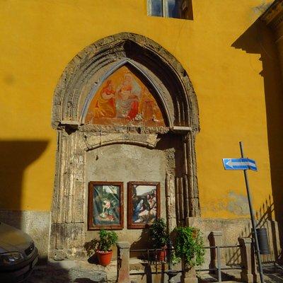 ex portale gotico tamponato sul fianco sx