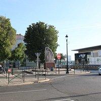 Devant l'entrée de la mairie, à l'angle de l'avenue Pierre Giudicelli se trouve un monument de la résistance