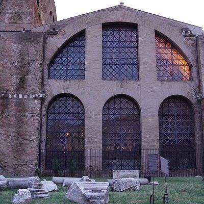 サンタ・マリア・デランジェリ・エ・デイ・マルティーリ聖堂(Santa Maria degli Angeli e dei Martiri)は、テルミニ駅近くの共和国広場東側にある教会です。遺跡と一体化しているような教会で長い柵で囲まれていますが、ディオクレティアヌス帝時代の浴場跡にミケランジェロの設計で建てられた教会とのことでした。