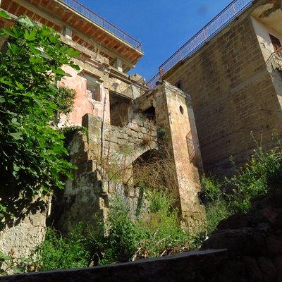 degrado insieme a case in ristrutturazione