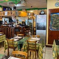 Interior do aconchegante restaurante La Cantina de Freddy