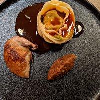 Caille rôtie sur le coffre, condiment matsutake, raviole au champignon, bourgeons d'épinettes marinés.