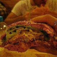 Hamburger vegani Entrando in questo locale devi ricordarti di aspettarti hamburger senza carne e cheddar. Gli hamburger sono buoni oltre che essere bellissimi, a pranzo di solito 10% di sconto. Io sono andata con un gruppo di 12 persone a pranzo tra settimana e non ho avuto problemi, l'unica pecca è che non accettano le prenotazioni.