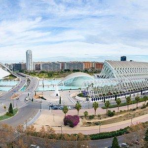 Ciutat de les Arts i les Ciències. CIENCIA, NATURALEZA Y ARTE EN UNO DE LOS MAYORES COMPLEJOS DE DIVULGACIÓN CIENTÍFICA Y CULTURAL DE EUROPA, UBICADO EN VALENCIA.  La Ciutat de les Arts i les Ciències de Valencia es un conjunto único dedicado a la divulgación científica y cultural, que está integrado por seis grandes elementos: el Hemisfèric, cine IMAX, 3D y proyecciones digitales; el Umbracle, mirador ajardinado y aparcamiento; el Museu de les Ciències, innovador centro de ciencia interactiva.