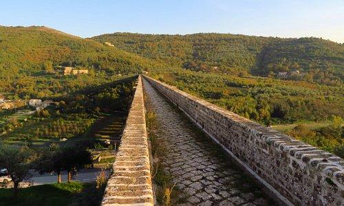 il percorso pedonale sulla parte sommitale dell'acquedotto, che al momento è interdetta da un cancello chiuso