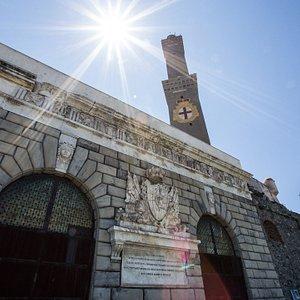 La Lanterna e l'antica porta occidentale di Genova sita nel parco del faro.