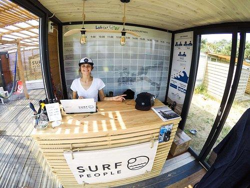 To recepcja w naszej szkółce, w której odpowiemy na każde Twoje pytanie, wdrożymy Cię w surferski świat i oprowadzimy po naszej bazie!