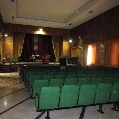 Salone per lezioni, spettacoli, concerti, esibizioni, eventi.