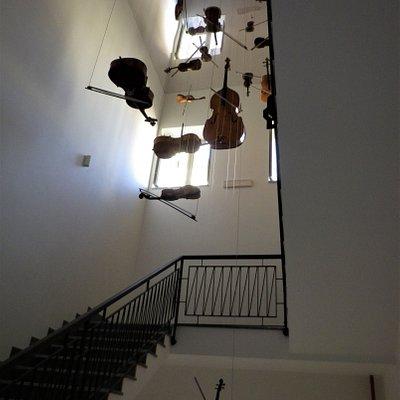 """Installazione """"Le corde dell'anima"""" lungo le scale che dal primo conducono al secondo piano dell'edificio."""