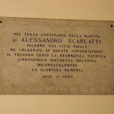 Lapide che commemora il terzo centenario della nascita del palermitano Alessandro Scarlatti, cui il Conservatorio è oggi intitolato.