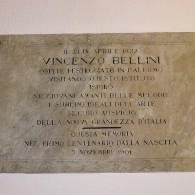 Lapide del 1901 che ricorda il primo centenario della nascita di Vincenzo Bellini e la sua visita al Conservatorio nel 1832.