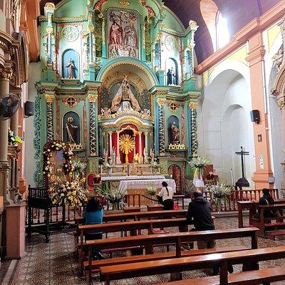 El Altar Mayor alberga una colección de arte religioso neoclásico que data del siglo XIX y destaca su colorido