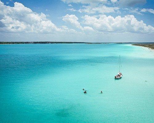 Navega en nuestros veleros por los lugares más hermosos de Bacalar -