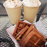 Eiskaffee und Waffeln im Friend's Cafe in Mayagüez auf Puerto Rico