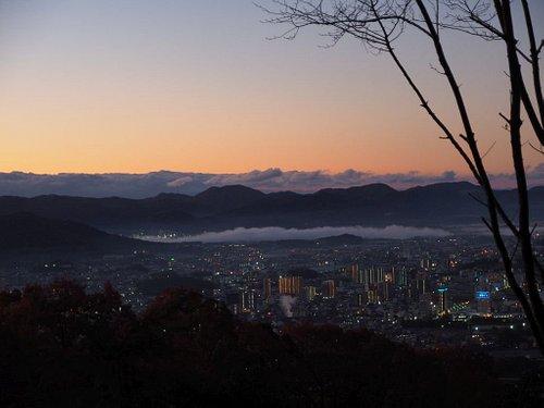 登山途中のスポットから。夜が明け始める中の西条の街。