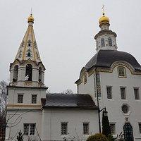 Прекрасный храм. Очень спокойно в нём становится. И территория храма очень красивая. Открывается прекрасный вид на Москва-реку.