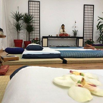 Disfruta de una sesión de Shiatsu y/o Masaje en futón de 2,0mx1,6m. Algo único en Sevilla. Ambiente muy relajante y manos llenas de sabiduría que te van a ayudar a conseguir el equilibrio  cuerpo-mente-espíritu. Con y sin aceites. Sól@ o en parejas. Tú decides. Una explosión de Shensaciones.