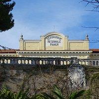 La facciata principale vista dalla Villa Comunale