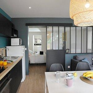 Appartement n°01 - 41 m2 - Magnifique 2 pièces avec baie atelier - Cet appartement offre un espace repas avec une cuisine équipée et un espace salon avec un canapé convertible, une chambre avec un lit queen size, une salle d'eau et un WC séparé. Cour extérieure
