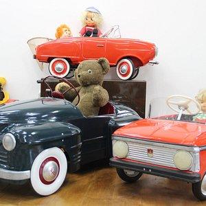Каждый ребенок мечтал о собственном транспорте, будь то велосипед, педальный мотороллер или даже почти настоящий автомобиль. В 1969 году завод АЗЛК начал выпускать педальные москвичи. За 10 лет количество выпуска детских педальных машин сравнялось с количеством выпуска взрослых москвичей. Помимо машин, в Детском мире можно было приобрести педальные мотороллеры, тракторы и коней.